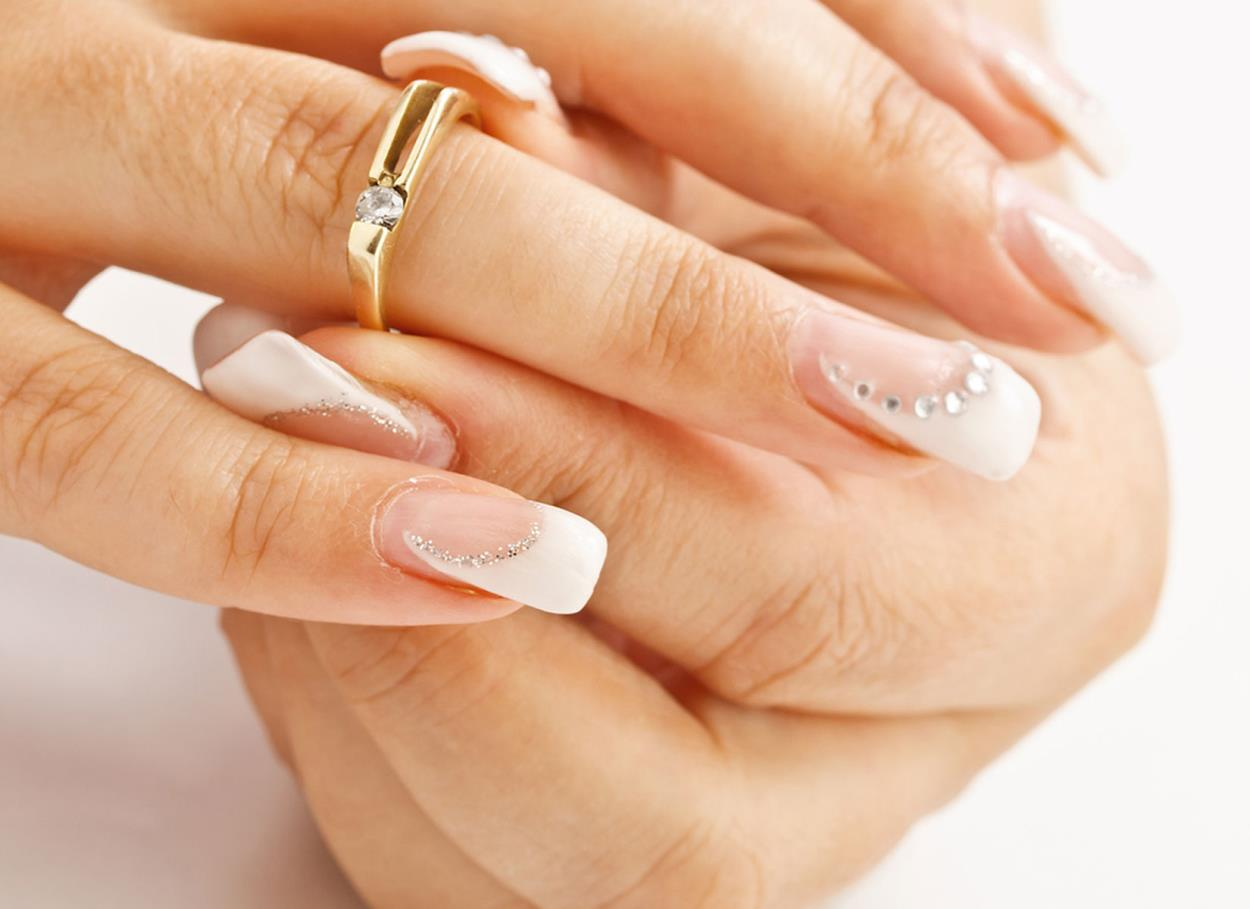 La mano della sposa in primo piano: perché la manicure è un dettaglio fondamentale